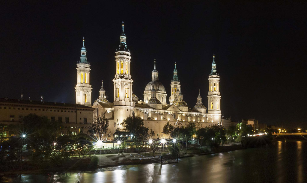 Basílica del Pilar de noche, fotografiada desde la margen izquierda del río Ebro