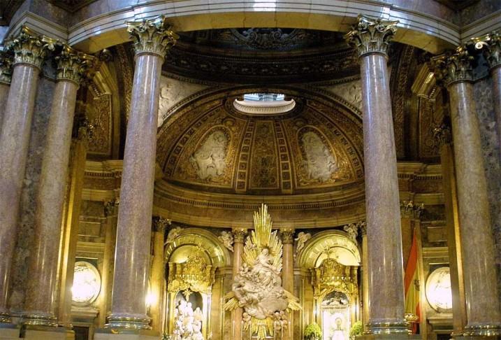 Templete que alberga la reliquia que trajo la Virgen a Zaragoza
