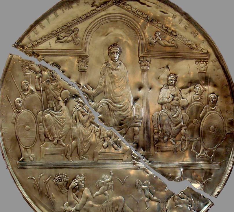 Disco de plata repujada en el que se representa a Teodosio I repartiendo el eimpreio romano entre sus dos hijos varones: Honorio y Arcadio