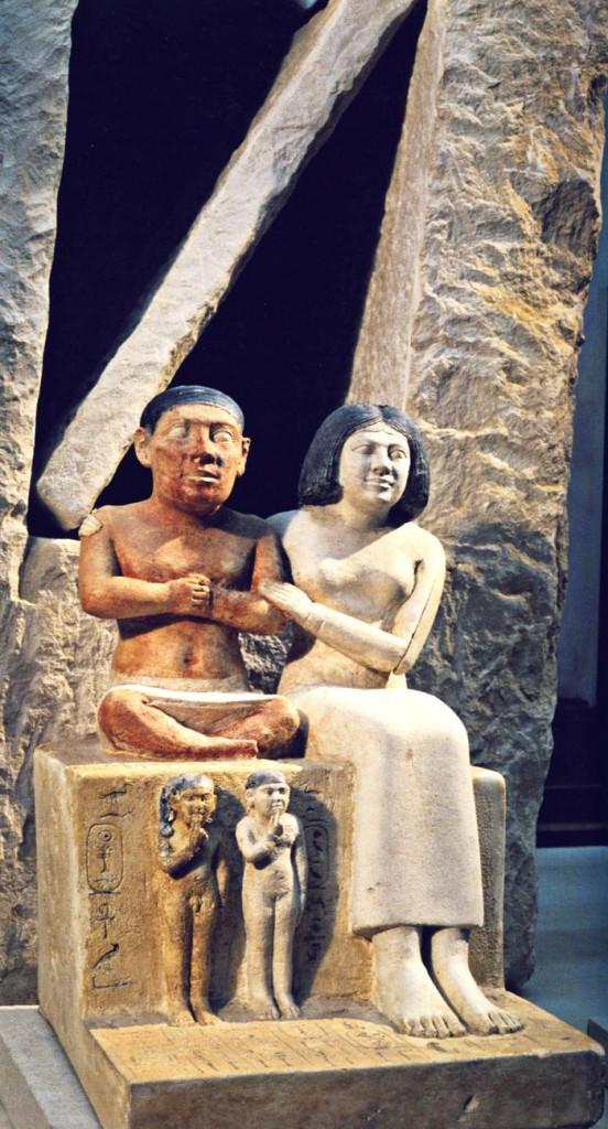 Escultura del enano Seneb y su familia del Museo de El Cairo