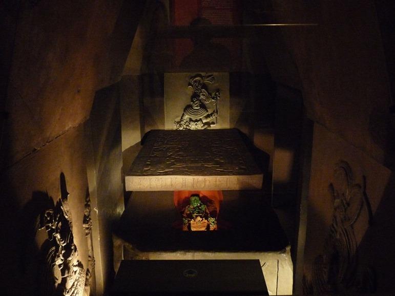 Cripta con la tumba del rey Pacal y su sarcófago de piedra cubierto con la lápida
